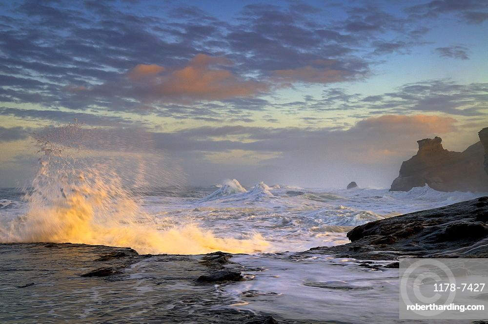 USA, Oregon, Lincoln County, Waves
