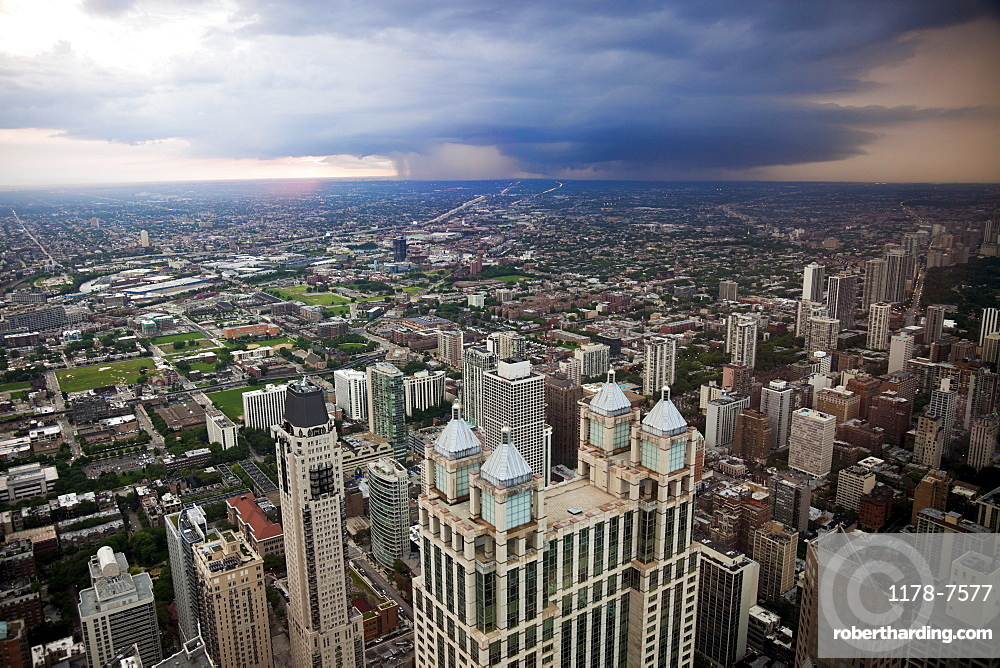 USA, Illinois, Chicago, Storm cloud over city