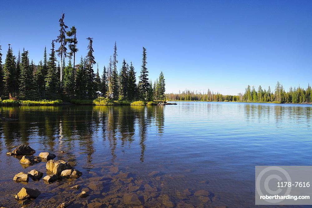 USA, Oregon, Scenic view of lake