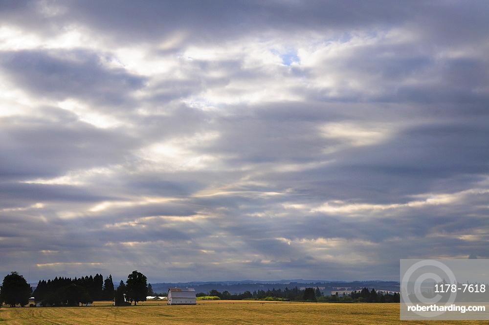 USA, Oregon, Marion County, Rural scene at sunrise