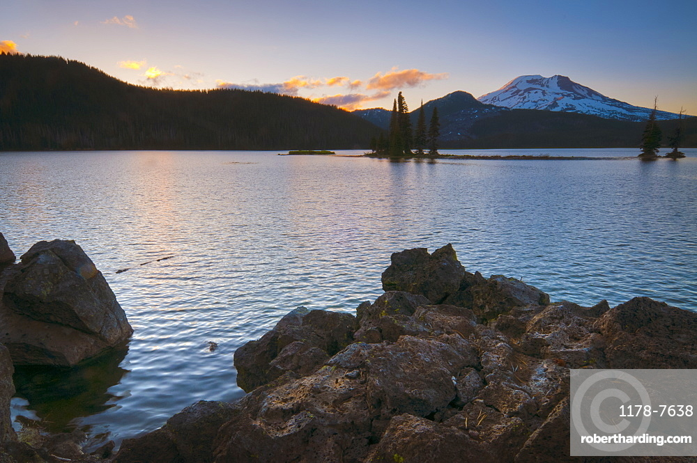 USA, Oregon, Deschutes County, scenic view of Sparks Lake