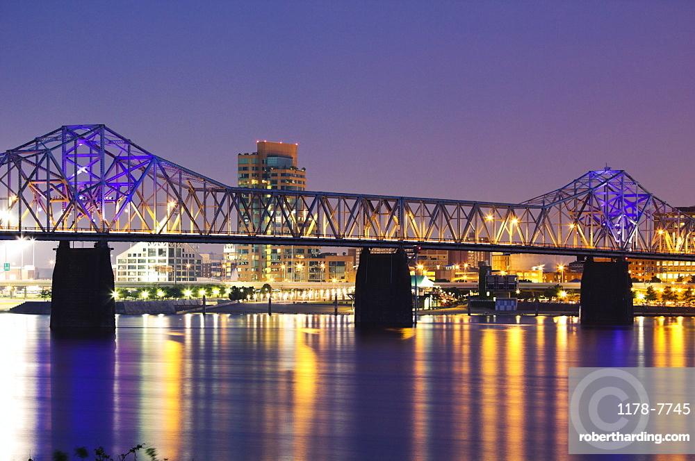 USA, Kentucky, Louisville, Bridge over Ohio river at night