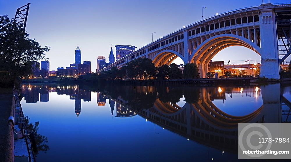 USA, Ohio, Cleveland, Veterans Memorial Bridge at dusk