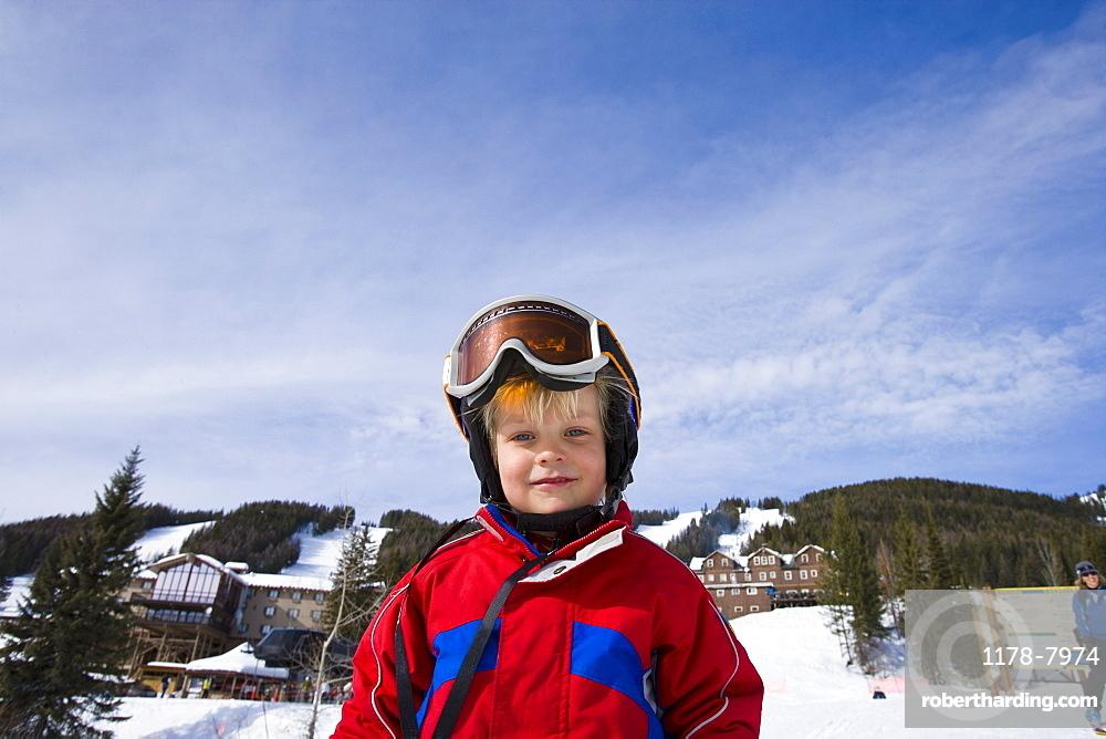 USA, Montana, Whitefish, Boy (4-5) skiing
