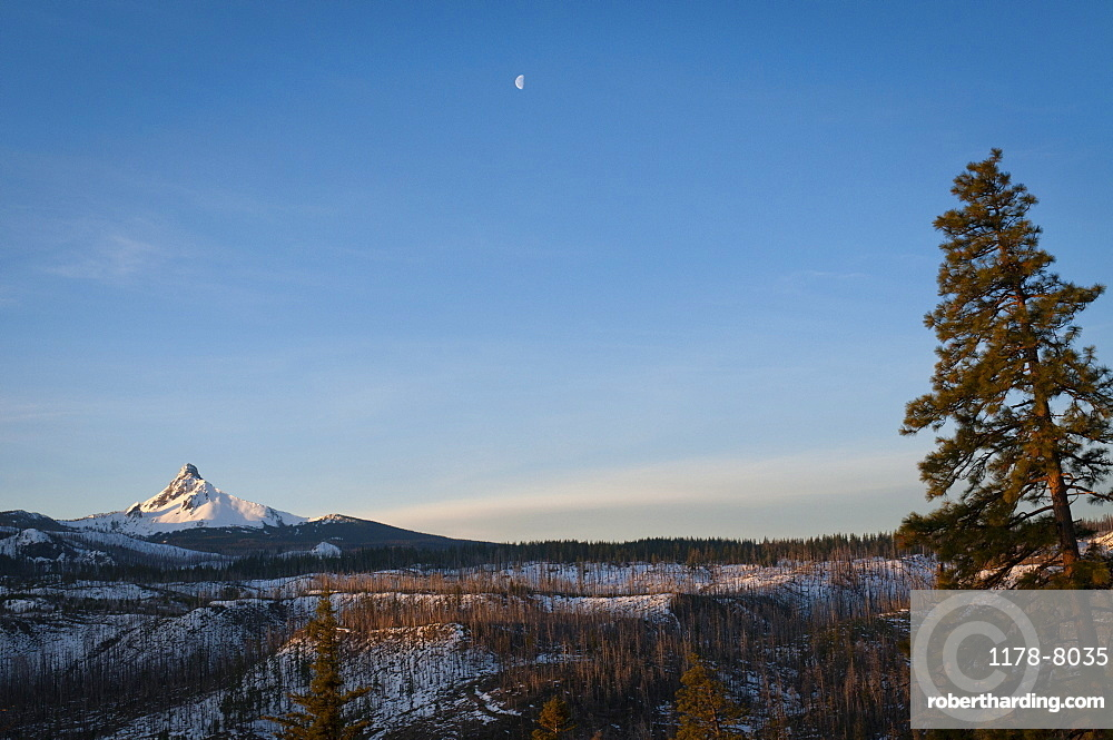 USA, Oregon, Snowcapped Mount Washington