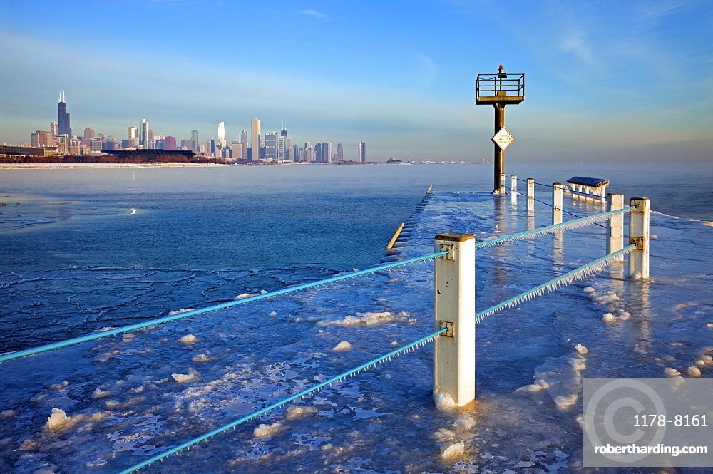 USA, Illinois, Chicago, frozen pier with cityscape on horizon