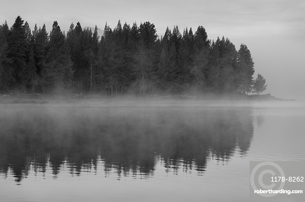 USA, Oregon, lake with fog