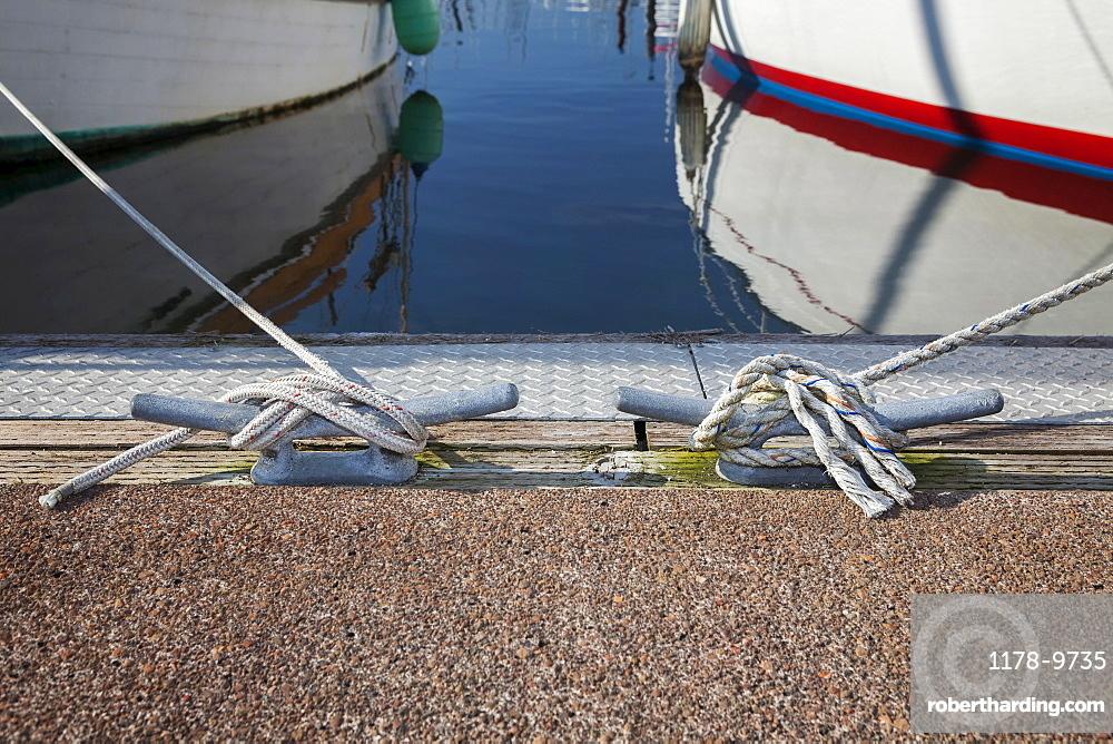 Cleat with rope, Charleston Marina, Oregon
