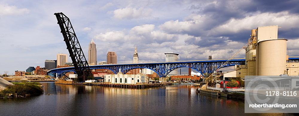 USA, Ohio, Cleveland, Bridge over River Cuyahoga