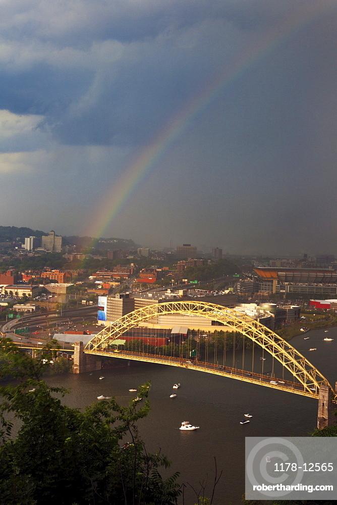 USA, Pennsylvania, Pittsburgh, Rainbow above bridge