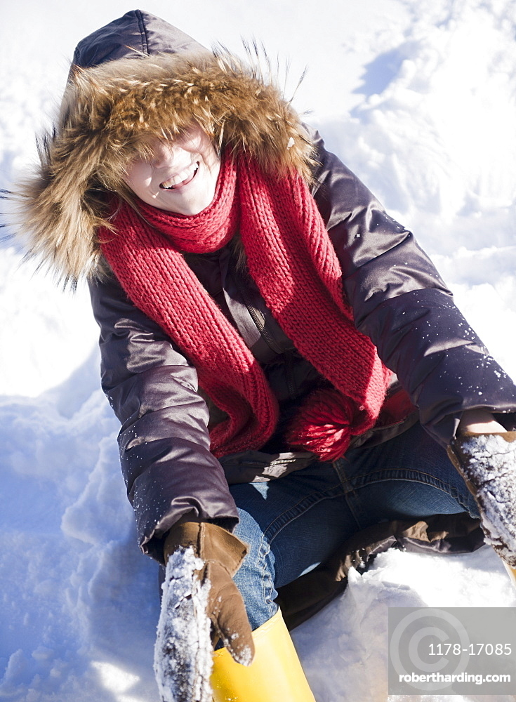 USA, New Jersey, Jersey City, young woman sitting on snow