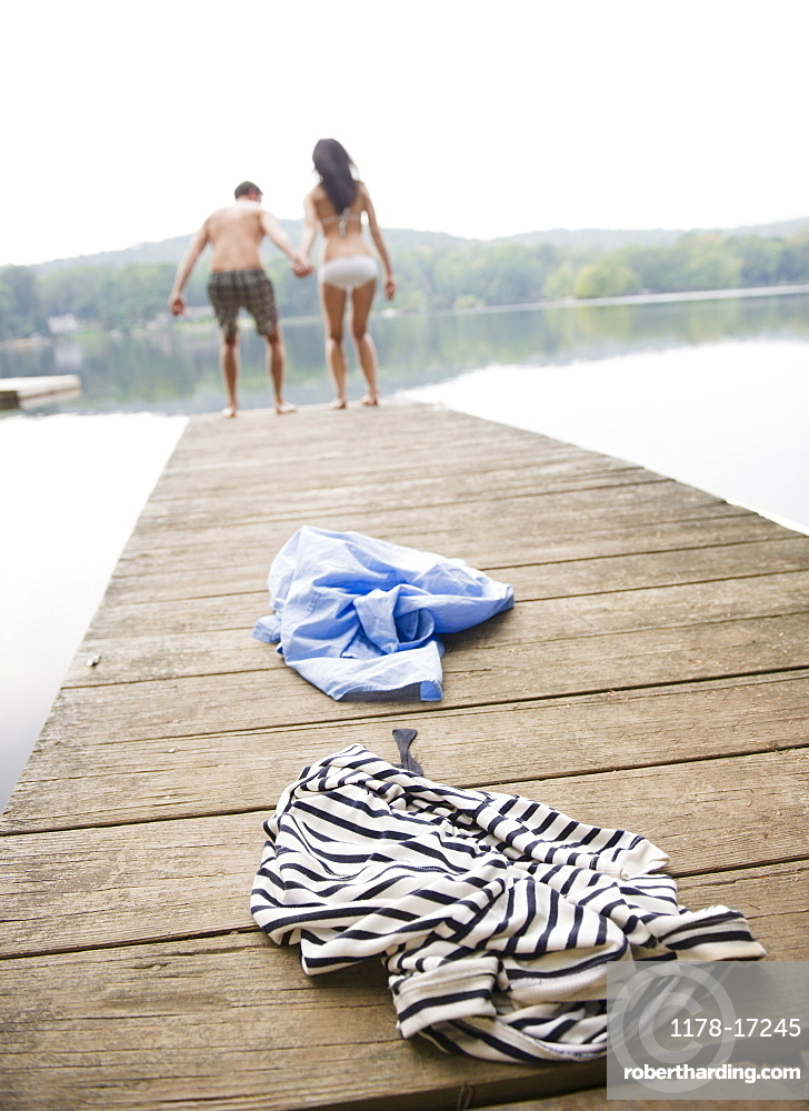 USA, New York, Putnam Valley, Roaring Brook Lake, Couple standing on pier by lake