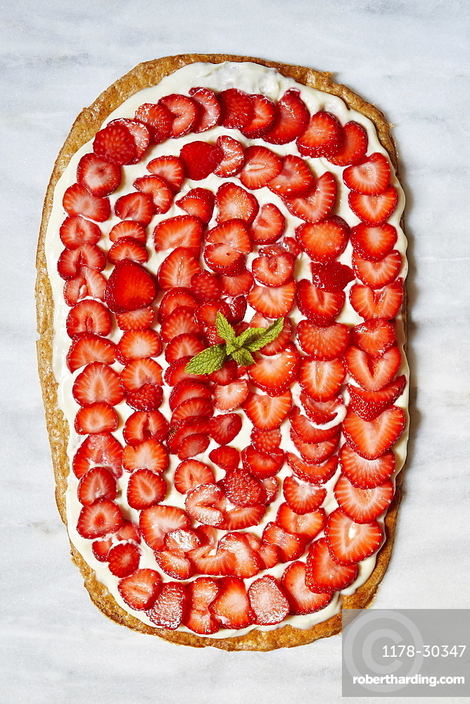 Strawberry tart with mint