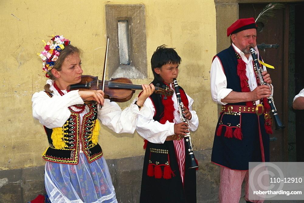 Folk group busking in Rynek Glowny, Krakow, Makopolska, Poland, Europe