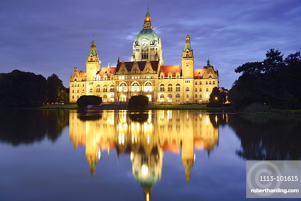 View over lake Maschsee to illuminated New Town Hall, Hanover, Lower Saxony, Germany
