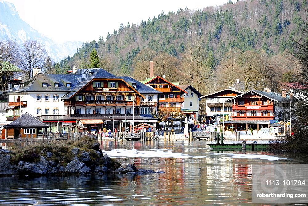 Houses along the lake, Schoenau am Koenigssee, Berchtesgaden National Park, Bavarian Alps, Upper Bavaria, Bavaria, Germany