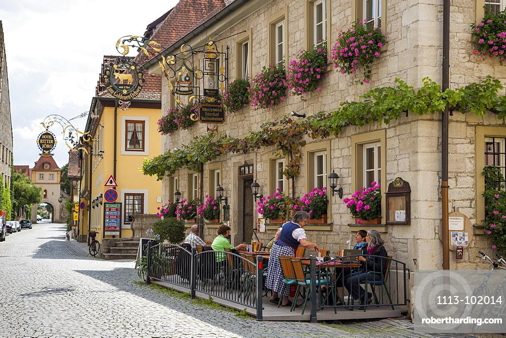 People sitting outside Gasthaus Zum Goldenen Ochsen restaurant in the old town, Sommerhausen, near Ochsenfurt, Franconia, Bavari