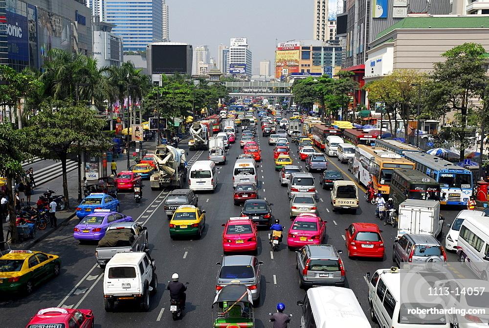 Cars and other city traffic, Ratchadamri Road, Pathumwan, Pathum Wan district, Bangkok, Krung Thep, Thailand, Asia *** Local Caption ***