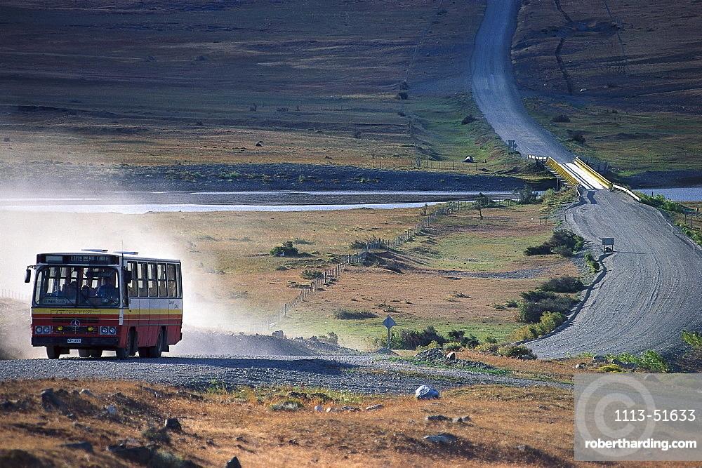 Bus in Torres del Paine Nationalpark, Patagonia, Argentinia