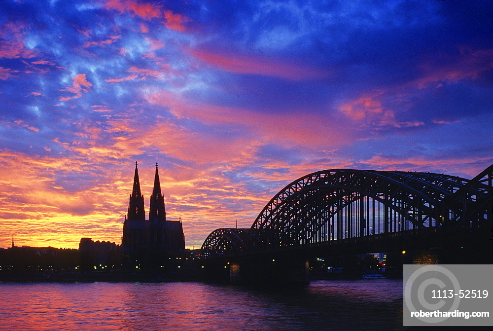 Cologne cathedral and the Hohenzollern bridge, Hohenzollernbuecke, in the evening light, Cologne, North Rhein Westphalia, Germany