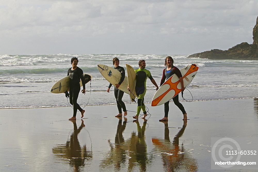 Surfers, Piha surf beach, Piha Beach, west coast near Auckland, surfer with surfboard, New Zealand