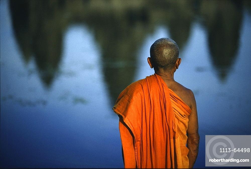 Monk, reflection of Angkor Wat, Angkor Wat, Siem Raep, Cambodia, Asia