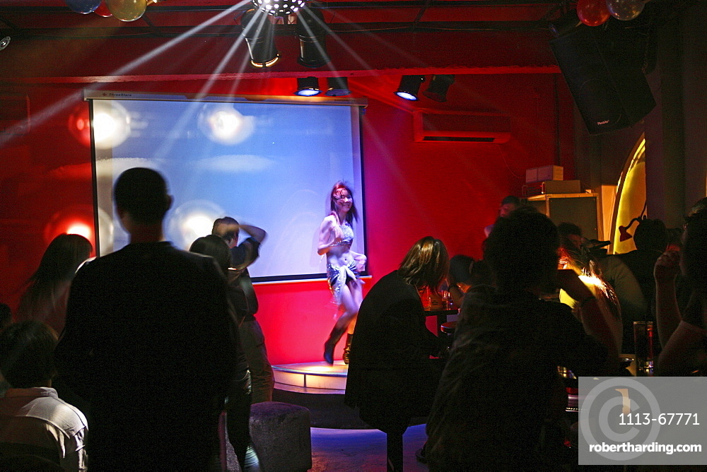 Maoming Lu, Bar in Maoming Lu, Nightlife, life music, strip of bars, crowd, table dance, animation