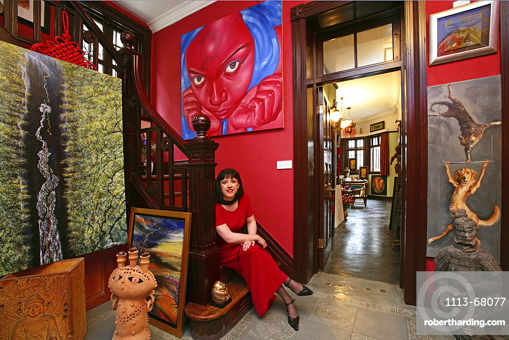Kunstsammlerin, Maezenin, Sieglinde Simbuerger, wohnt in einem Haus in der Altstadt, lives with her collection in an old house in Old Town, Portrait, junge Frau, rot, red, Mao tattoo, Kunstsammlung, paintings of painter Lao Fan, aus: