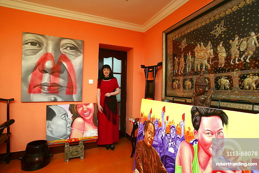 lives between her collection in an old house of Old Town, paintings of painter Lao Fan