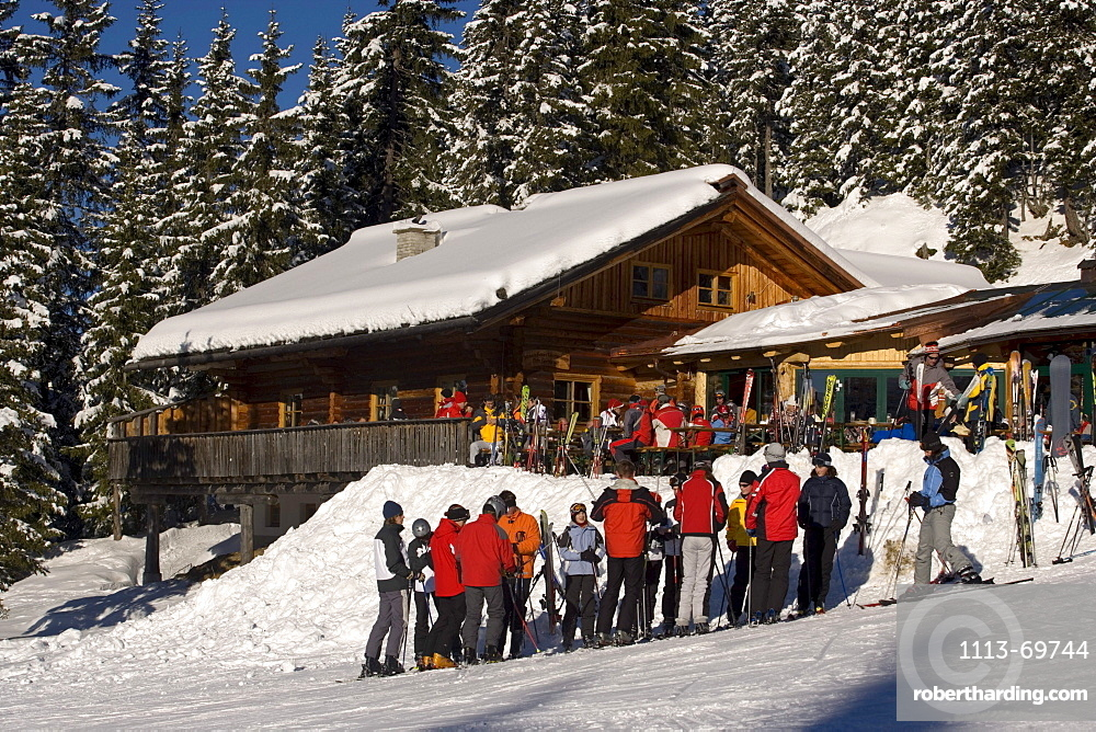 Group of skiers in front of the Weitmoosalm (1800 m), Planai, Schladming, Ski Amade, Styria, Austria