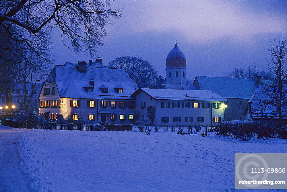 Snow covered houses on the island Fraueninsel in the evening, lake Chiemsee, Bavaria, Germany00022814