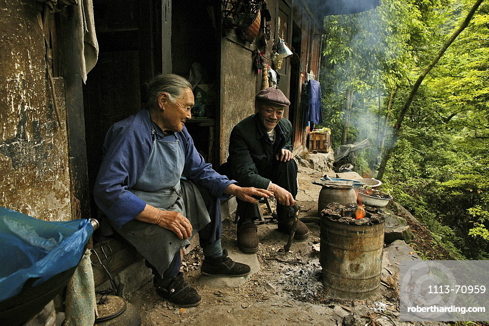 Two traders on the wayside of the Pilgrimage route, Emei Shan, Sichuan province, China, Asia