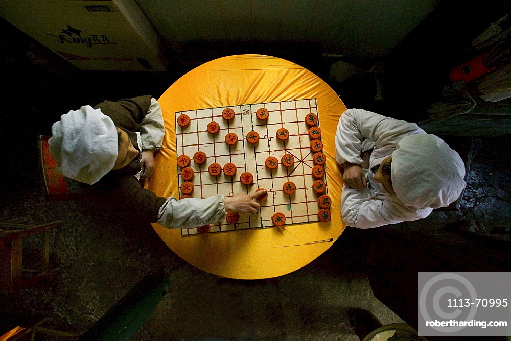 Two cooks playing chinese chess, Emei Shan, Sichuan province, China, Asia