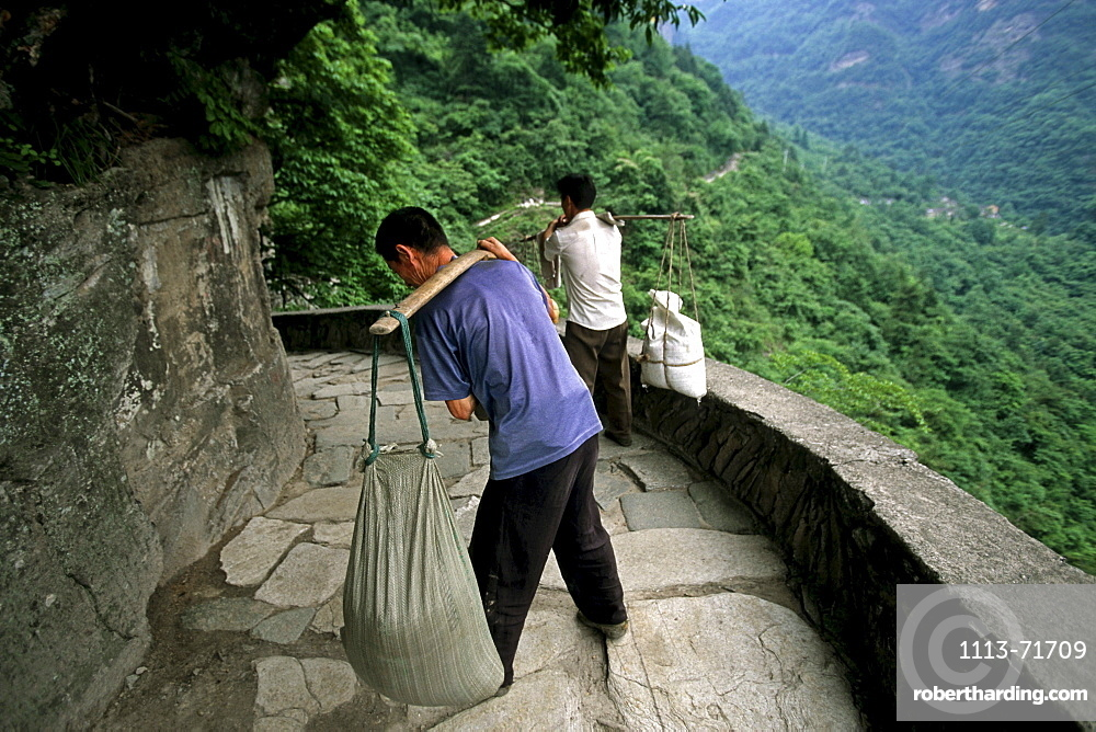porter on the pilgrim path to the peak of Wudang, Wudang Shan, Taoist mountain, Hubei province, Wudangshan, Mount Wudang, UNESCO world cultural heritage site, birthplace of Tai chi, China, Asia