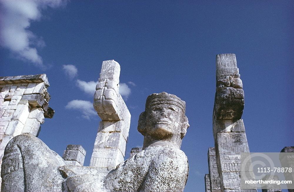 Statues amongst temple ruins, Mexiko