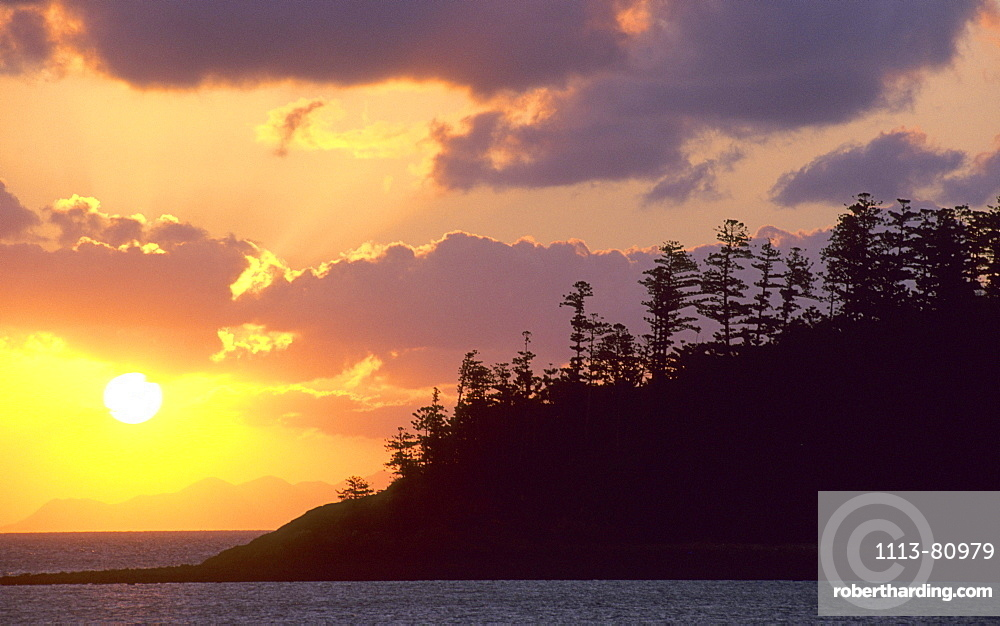 View from Hayman Island to Akhurst Islands at sunset, Whitsunday Islands, Great Barrier Reef, Australia