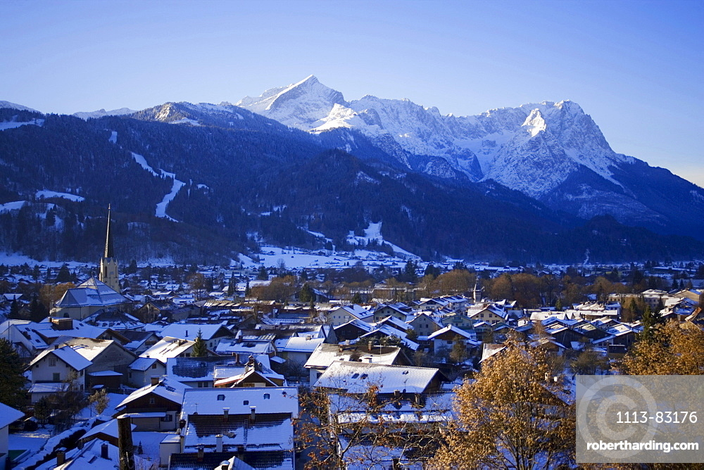 View over Garmisch-Partenkirchen to the Zugspitze and Alpspitze, Garmisch-Partenkirchen, Upper Bavaria, Germany