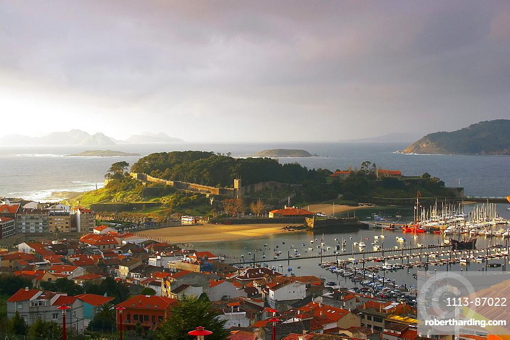 Harbour and fortress, Fortaleza de Bayona, in the town of Baiona, Bayona, RÃŒa de Vigo, RÃŒas Bajas, Galicia, Spain