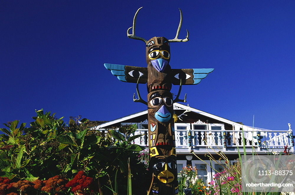 Landscape Gardening, Landscape garden with totem pole, Route Nr. 1, Mendocino Country, California, USA