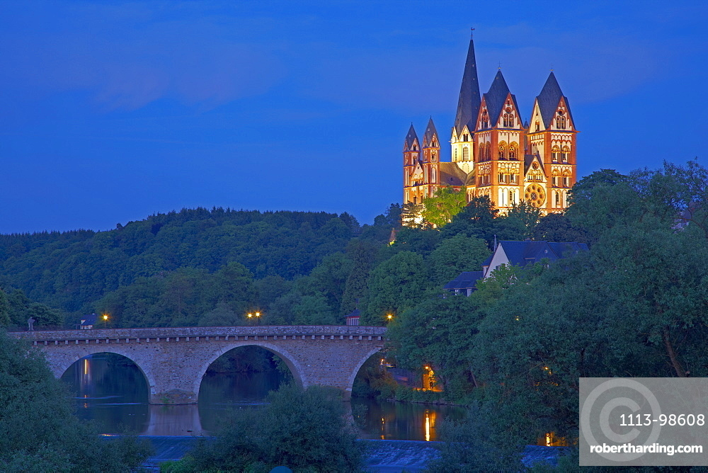 View of the Alte Lahnbruecke bridge and the river Lahn at Limburg cathedral in the evening, St. Georgs Cathedral, Limburg, Lahn, Westerwald, Hesse, Germany, Europe
