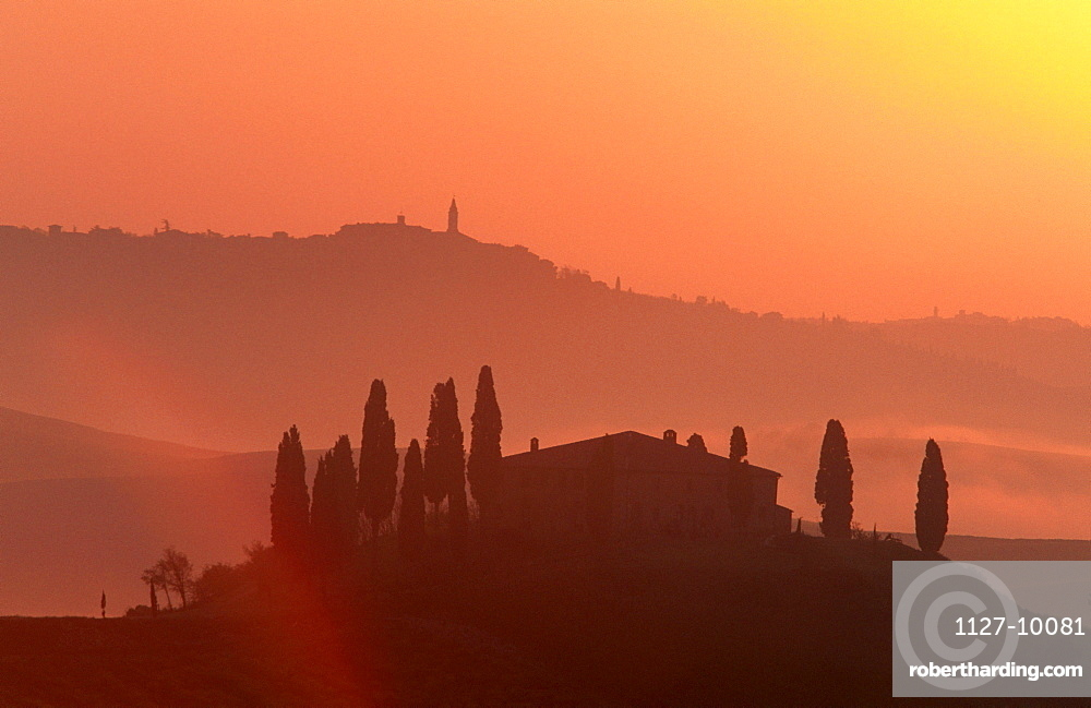 House on hill at sunset, Podere Belvedere, San Quirico, Tuscany, Italy