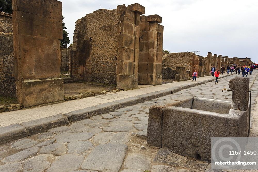 Public fountain on cobbled street, Roman ruins of Pompeii, UNESCO World Heritage Site, Campania, Italy, Europe