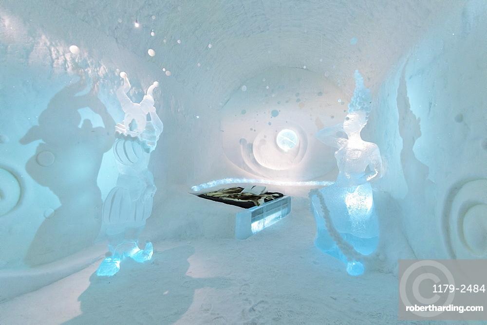 Double bed and sculptures, Ice Hotel, Jukkasjarvi, Kiruna, Norrbotten County, Lapland, Sweden, Scandinavia, Europe