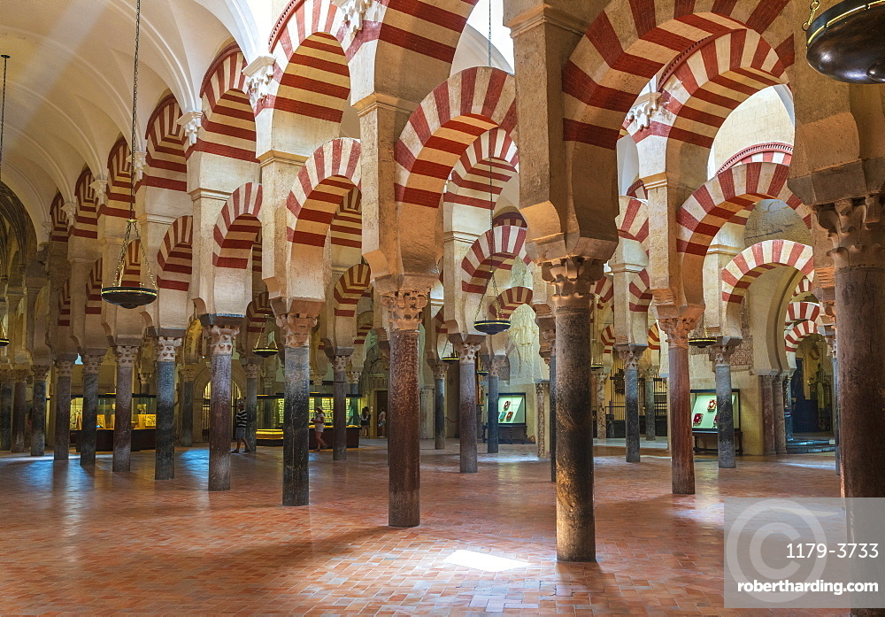 Decorated archways and columns in Moorish style, Mezquita-Catedral (Great Mosque of Cordoba), Cordoba, UNESCO World Heritage Site, Andalusia, Spain, Europe