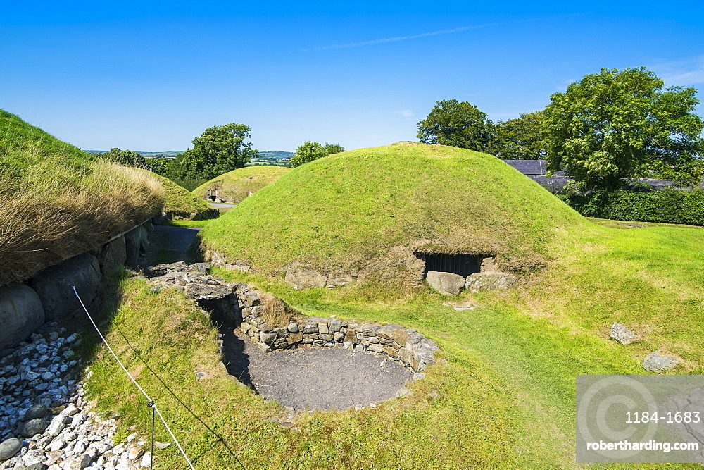 Knowth, Neolithic passage grave, UNESCO World Heritage Site, prehistoric Bru na Boinne, Valley of the River Boyne, County Meath, Leinster, Republic of Ireland, Europe