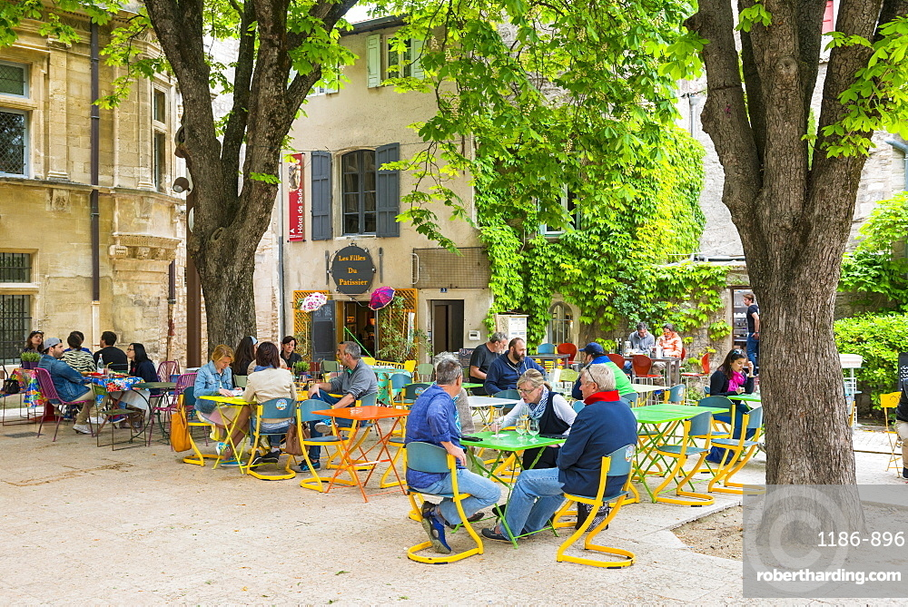 Town square, St. Remy de Provence, Provence, France, Europe