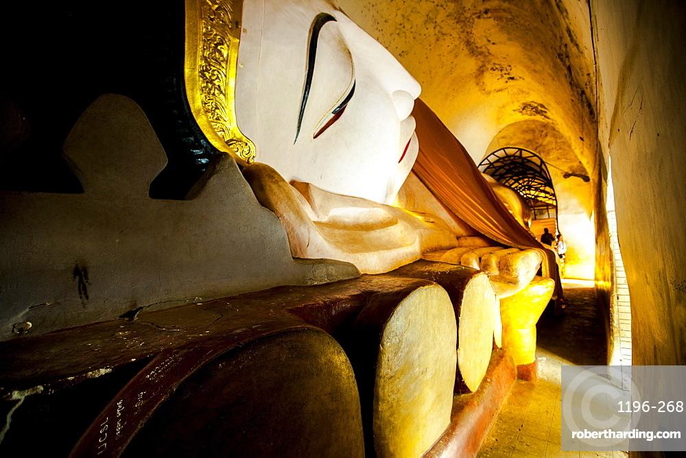 Reclining Buddha at Manuha Paya (Manuha Temple), a Buddhist temple built in Myinkaba, by captive Mon King Manuha in 1067, Myanmar (Burma), Asia