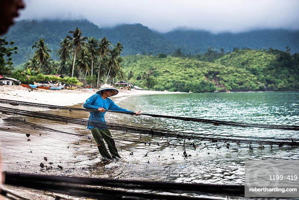 pulling in fishing nets, Sungai Pinang, Sumatra, Indonesia, Southeast Asia