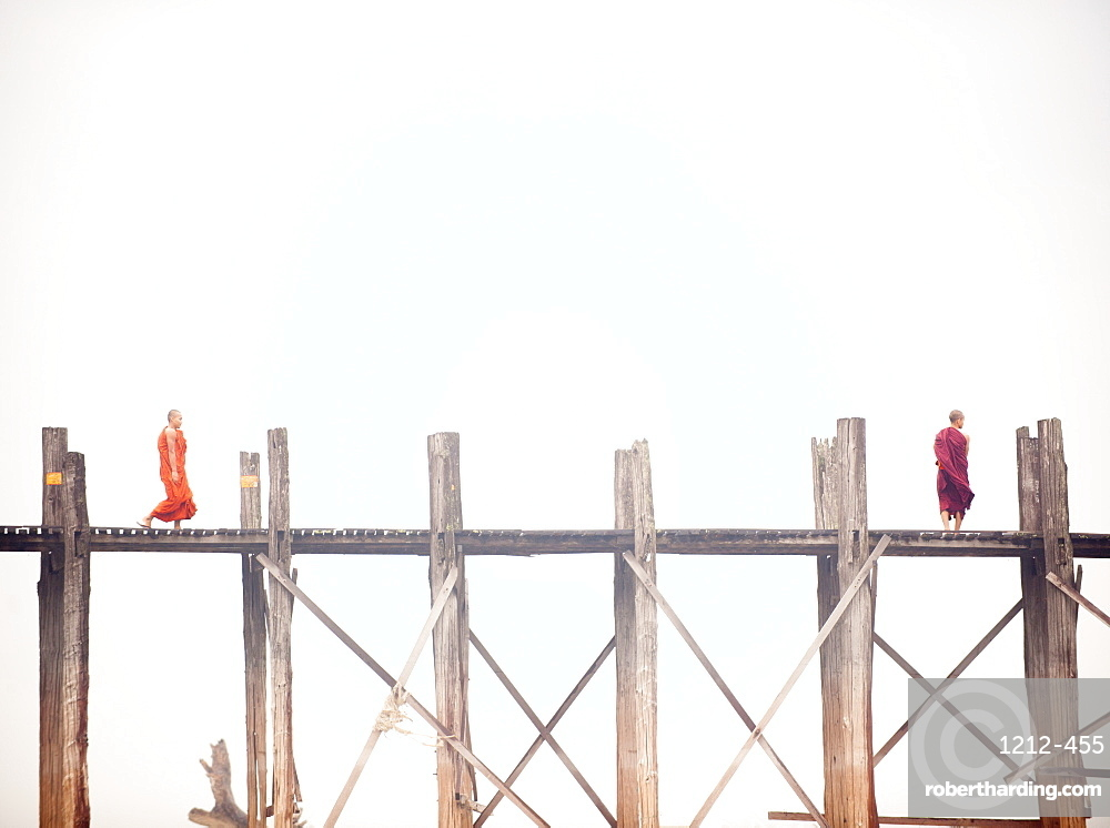 Monk crossing the U Bein Bridge, Taungthaman Lake, Amarapura near Mandalay, Myanmar (Burma), Asia
