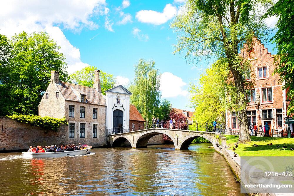 Wijngaard Bridge and the main entrance gate of the Begijnhof (Beguinage) of Bruges, Brugge, Belgium, Europe